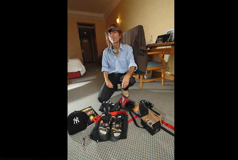 />Préparation</b> – Alain Robert, lors de ses ascensions, fonctionne avec un matériel réduit au strict minimum : chaussures légères, lampe frontale, réserve de magnésie et petit sac à dos. » height=»381″ /></span></p> <p class=