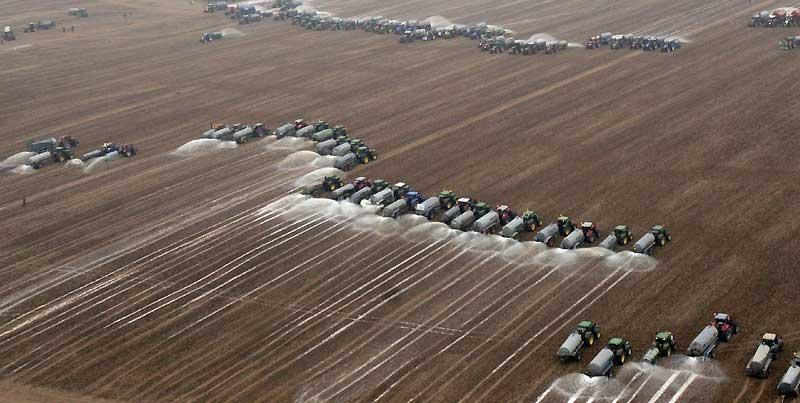 Quelque 300 tracteurs réunis à l'initiative d'une organisation de producteurs laitiers belges ont déversé, mercredi 16 septembre, 3 millions de litres de lait sur un champ près de Ciney, dans le Sud du pays.