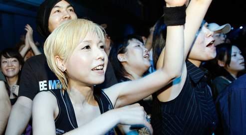 De jeunes Japonais lors du concert Live Earth, à Tokyo. Les Japonaises s'affirment de plus en plus, sont plus sûres d'elles, moins prêtes à se conformer au rôle de mère au foyer.