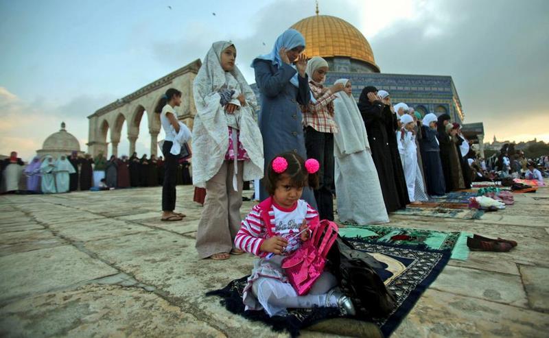 Une jeune Palestinienne accompagne les femmes de sa famille qui prient sur l'esplanade de la mosquée al-Aqsa, à Jérusalem.
