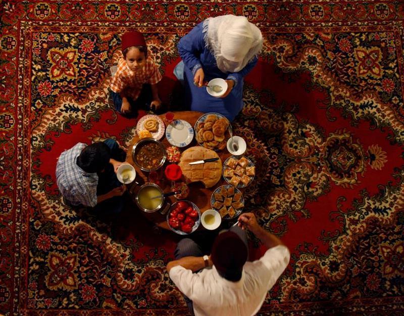 Cette famille bosniaque prépare les mets qu'elle dégustera pour la rupture du jeûne du mois sacré du ramadan.