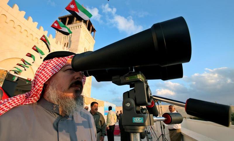 Un imam jordanien scrute l'arrivée du croissant de la nouvelle Lune, qui marque la fin du ramadan.