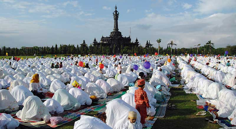 Pour la fin du Ramadan, grande prière des femmes sur l'Ile de Bali, dimanche 20 septembre. L'Indonésie est le premier pays musulman du monde avec plus de 200 millions de croyants.