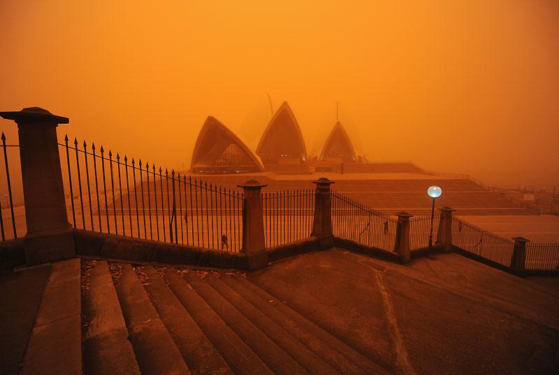 Une tempête de poussière rouge venue du désert a fortement perturbé mercredi 23 septembre la vie des habitants de Sydney et de l'est de l'Australie, s'étendant sur près de 600 kilomètres. L'opéra de Sydney, bâtiment emblématique de la métropole, a disparu dans le brouillard rose. ( /><a href=''http://www.lefigaro.fr/photos/2009/09/23/01013-20090923DIMWWW00427-sydney-engloutie-sous-une-tempete-de-sable-rouge.php'' target=''_blank'' >Cliquez ici pour voir plus d'images</a></b>)» height=»378″ /></p> <p align=