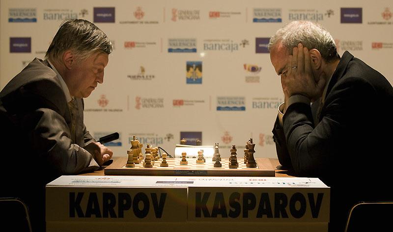 Deux mythes vivants des échecs, Garry Kasparov et Anatoli Karpov, se sont retrouvés à Valence, en Espagne, mardi 22 septembre, et vont s'affronter toute cette semaine pour tenter de ressusciter leurs duels des années 1980 et redorer le blason terni du «roi des jeux».