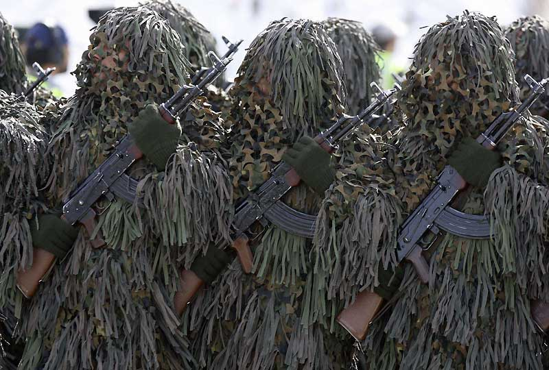 Pour marquer le 29ème anniversaire du début de la guerre Iran-Irak (1980-1989), ces troupes d'élite iraniennes aux tenues «camouflées» ont défilé, mardi 22 septembre, devant le mausolée de l'ancien Guide suprême l'Ayatollah Khomeini.