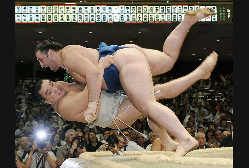 Le Sumo, sport national et sacré au japon, s'ouvre peu à peu aux athlètes étrangers. Comme ici, le 17 septembre, lors du Grand Tournoi d'Automne de Kyodo, où le Georgien Tochinoshin plaque au sol le Mongol Harumafuji.