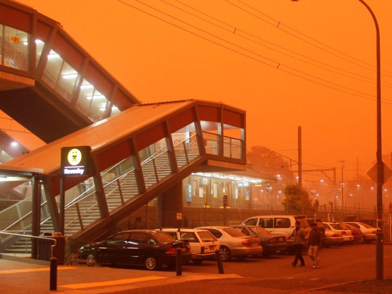 ''Quand les habitants de Sydney ont l'impression de se réveiller sur la planète Mars, c'est qu'il se passe quelque chose de grave'', écrit un quotidien local