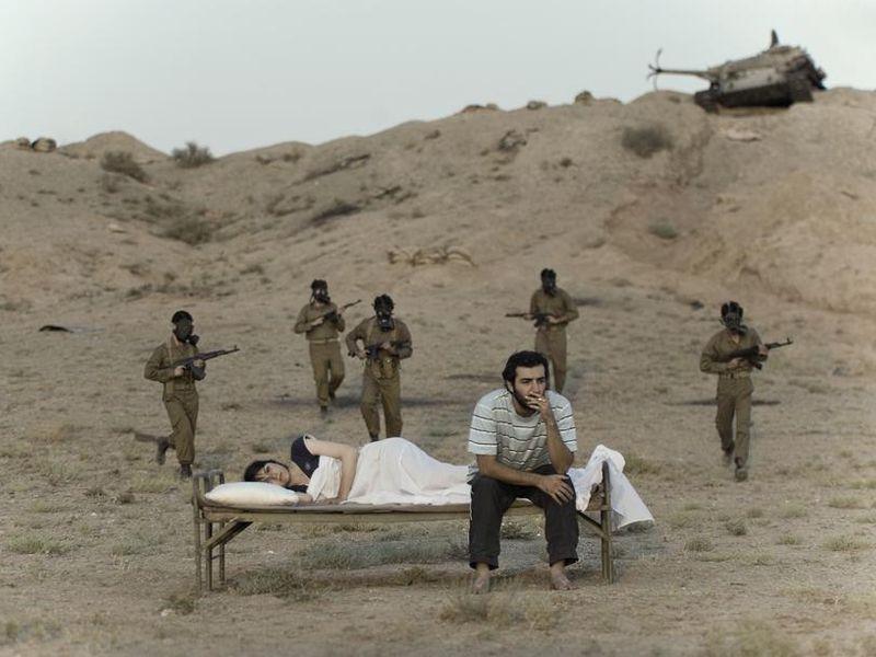 La photographe iranienne Gohar Dashti ''nous montre avec humour les scènes ordinaires de la vie d'un couple pendant la guerre. Elle représente le regard de la jeune génération de photographes iraniens, nés peu après 1979.''