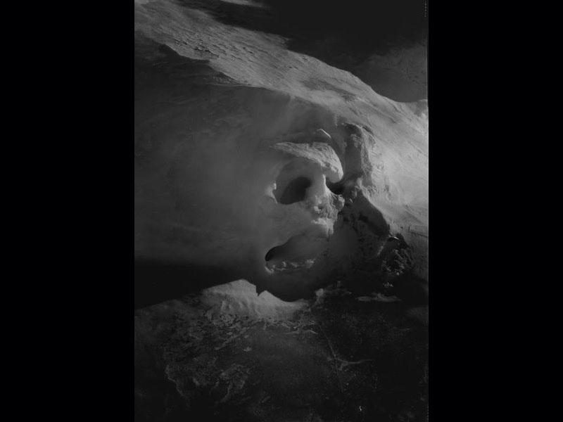 ''Les images de l'Antarctique du Néo-Zélandais Joyce Campbell rappellent l'existence et la beauté des richesses naturelles menacées de disparition''.