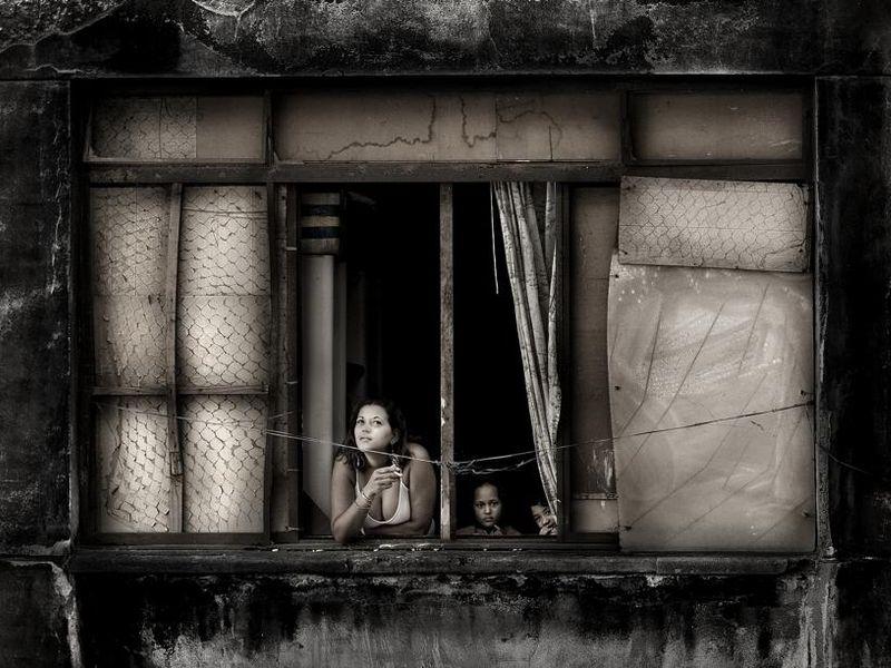 ''La série du Brésilien Julio Bittencourt explore la vie quotidiennes d'une société temporaire. Le bâtiment photographié était l'un des plus modernes de l'Amérique latine ; détérioré et vieilli, il est à présent squatté par plus de 460 familles. Pour ne pas faire intrusion, Bittencourt fait affleurer la vie aux fenêtres, interfaces translucides entre l'intérieur et l'extérieur.''