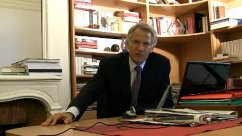 L'ex-premier ministre critique les «abus» de Nicolas Sarkozy dans une vidéo postée sur son site web.