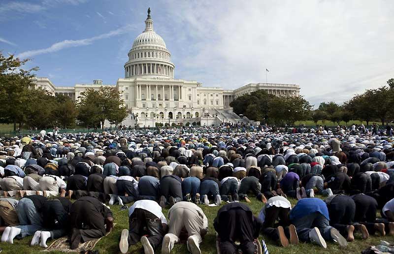 Plus d'un millier de musulmans, hommes et femmes, se sont rassemblés, vendredi 25 septembre, devant le Capitole à Washington pour la prière du vendredi afin, notamment, de manifester symboliquement contre les préjugés attachés à l'islam. Les fidèles, hommes d'un côté, femmes de l'autre, ont prié devant le siège du parlement américain.