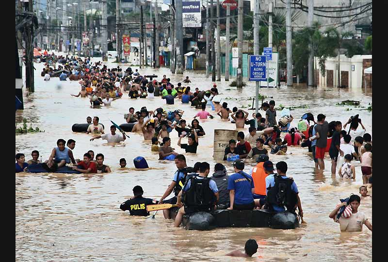 Le bilan de la tempête tropicale  /><a href=''http://www.lefigaro.fr/international/2009/09/27/01003-20090927DIMWWW00088-inondations-meurtrieres-aux-philippines.php'' target=''_blank'' > qui a balayé la capitale des Philippines </a></b>, Manille, provoquant les pires inondations depuis quarante ans, est monté à 140 morts, a annoncé, lundi 28 septembre, le gouvernement qui en appelle désormais à l&rsquo;aide internationale. 453033 personnes ont par ailleurs été déplacées.&nbsp;&raquo; height=&nbsp;&raquo;396&Prime; /></p> <p align=
