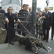 Salvador Dali sortant du métro (1969).