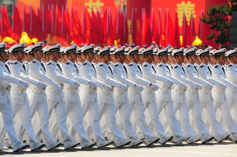 La Chine communiste a ouvert jeudi, avec 60 salves de canons sur la place Tiananmen de Pékin, les festivités pour ses 60 ans, les plus fastueuses jamais vues dans cet immense pays devenu puissance mondiale.