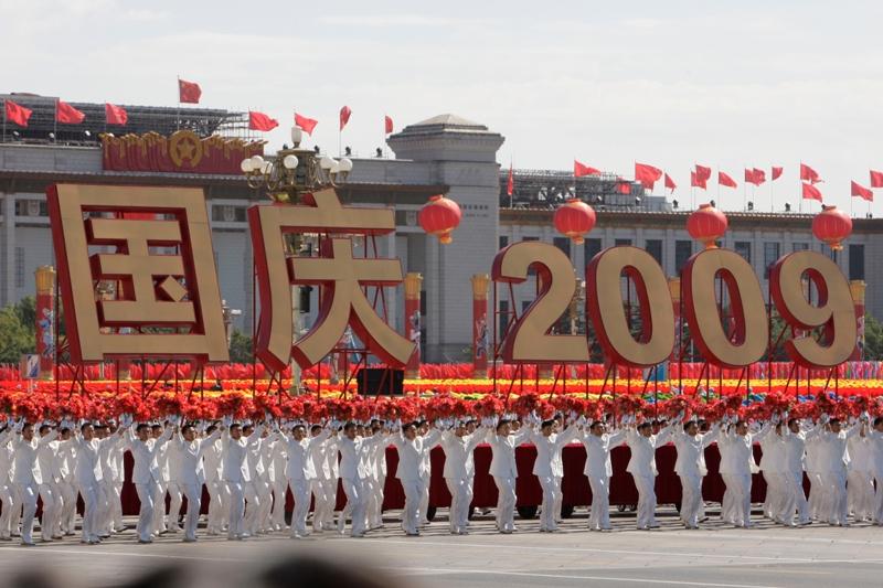 La place Tiananmen a été encadrée par 56 immenses colonnes rouge et or, une pour chaque minorité du pays. Le grand thème était celui de «l'unité nationale», malmenée l'an dernier par les événements du Tibet et surtout récemment par les troubles du Xinjiang.