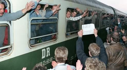 Environ 800 anciens citoyens d'Allemagne de l'Est sont accueillis dans l'allégresse à Hof, en Bavière, le 5 octobre 1989. Certains ont patienté plusieurs semaines à Prague avant d'obtenir l'autorisation d'entrer en Allemagne de l'Ouest.