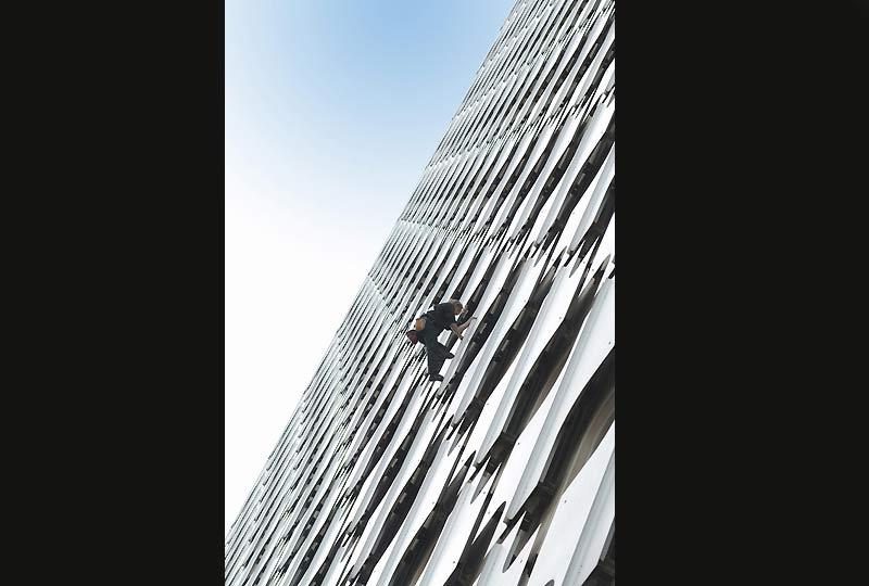 Nouvel exploit du français Alain Robert qui a gravi, à mains nues, la Tour Ariane, à La Défense, une tour de 230 mètres de haut, jeudi 8 octobre.