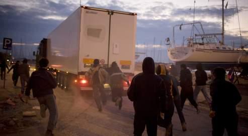 Dans le port grec de Patras, en février dernier, des clandestins essaient de s'introduire dans un camion qui s'apprête à embarquer sur un ferry pour l'Italie.