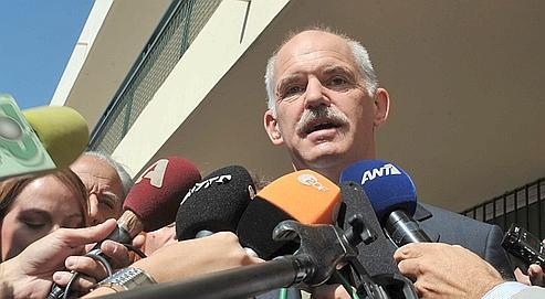 Georges Papandréou commentant dimanche soir sa victoire aux élections législatives devant les journalistes.