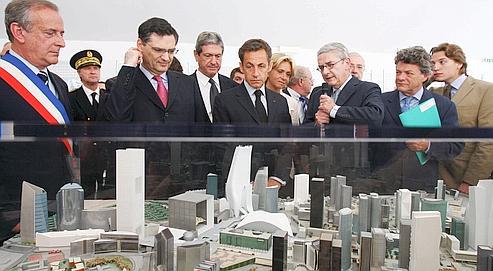 Nicolas Sarkozy, entouré de Christian Blanc etde Valérie Pécresse,en juin dernier, devantla maquette de la tour First, à la Défense.