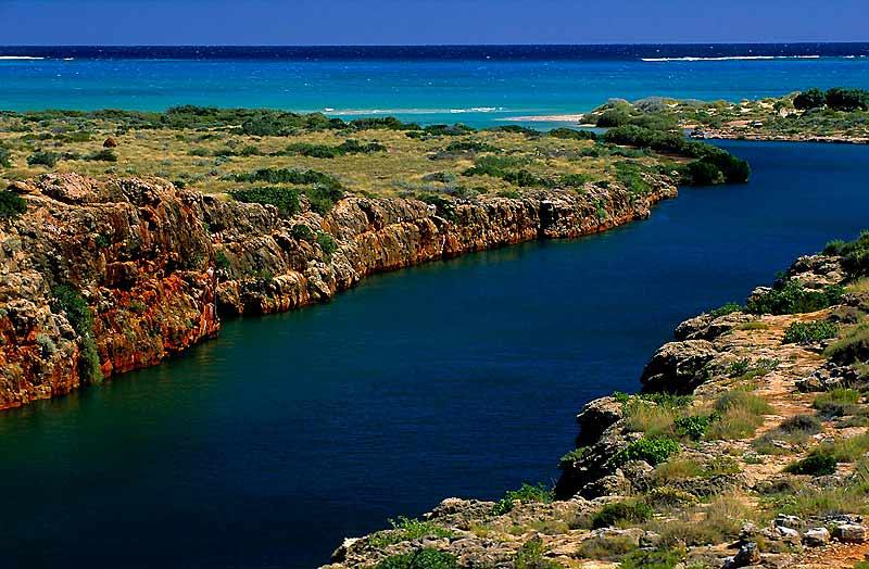 Le massif de calcaire rouge du Parc national de Cape Range est entaillé par de profondes gorges, comme Yardie Creek, dont les eaux limpides se mêlent à celles encore plus claires de l'océan.