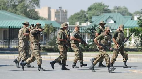 Déploiement militaire à proximité du quartier général de l'armée.