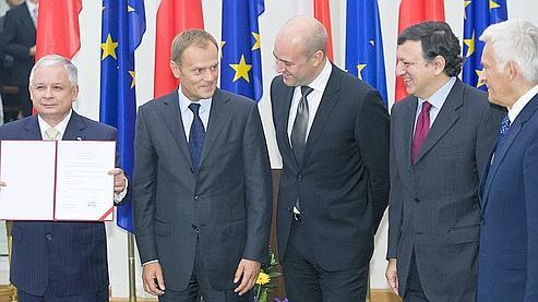 Lech Kaczynski, entouré de son premier ministre Donald Tusk , de Jose Manuel Barroso, de Fredrik Reinfeldt le premier ministre suédois et de Jerzy Buzek le président du parlement européen .