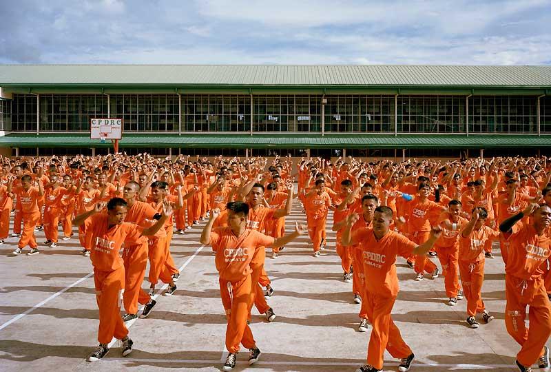 Condamnés à de très lourdes peines, ces détenus philippins ne sont pas près de sortir de prison ; mais ils n'en ont peut-être plus envie. Car c'est elle qui les a rendus célèbres depuis que leur directeur a décidé, en avril 2007, de publier sur YouTube une vidéo de leurs exercices de gymnastique en musique. Quarante-huit heures après sa diffusion, leur remake du Thriller de Michael Jackson avait déjà été visionné 260 000 fois. Et depuis, le succès ne s'est jamais démenti. Nouvelles chorégraphies, séances publiques payantes, vente d'objets souvenirs : la prison a pu être refaite à neuf et les prisonniers ont reçu des baskets ; nettement plus pratiques que leurs tongs pour danser !