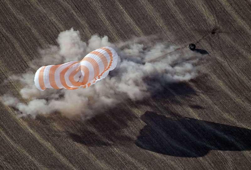 Le vaisseau Soyouz transportant le «clown de l'espace», le fondateur canadien du Cirque du soleil Guy Laliberté, et deux autres astronautes a atterri dimanche 11 octobre, dans les steppes du Kazakhstan.