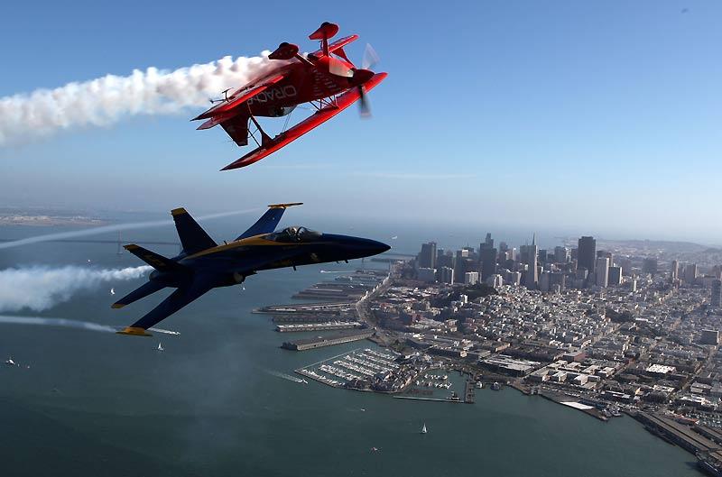 Exploit du pilote Sean Tucker et du commandant Nathan Miller à bord d'un frelon F/A18 de la marine américaine qui survolent ensemble la baie de San Francisco, le 8 octobre.