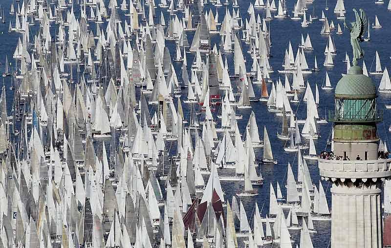 Départ d'environ 1800 bateaux à voile, dimanche 11 octobre, pour la 41ème édition de la régate de Barcolana dans le golfe de Trieste, Italie du nord. Elle est l'une des plus grandes courses de voiliers au monde.