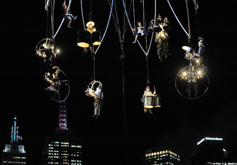 Interprètes de la compagnie de théâtre française «Transe Express», suspendus au-dessus de Melbourne, en Australie, lundi 12 octobre. Ce festival d'art international se déroule du 9 au 24 octobre, en collaboration avec 26 pays.