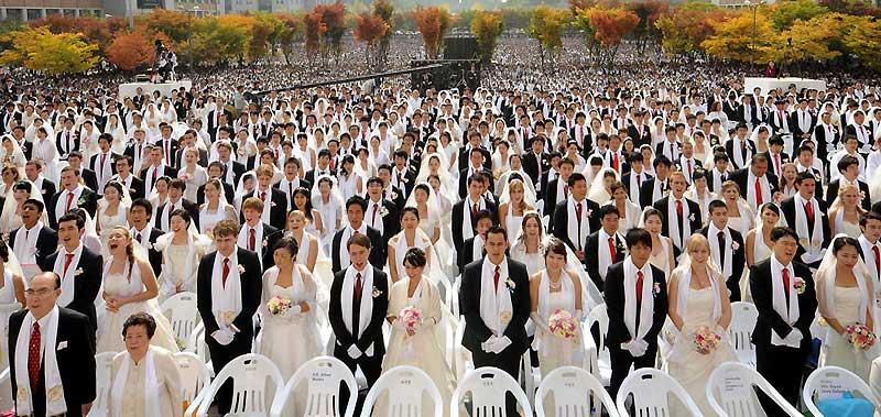 Des milliers de couples de Corée du Sud participent à une cérémonie collective de mariage organisée par l'église évangélique «d'unification» à Asan, au sud de Séoul, le 14 octobre 2009.
