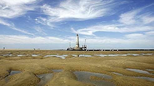 L'île s'est formée par accumulation de sédiments à l'entrée de l'estuaire, à deux kilomètres du phare de Cordouan (ci-dessus), surnommé «le roi des phares».