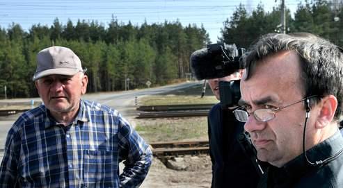 Le père Desbois (à droite) et un témoin quilui a permis de  retrouver le lieu exact où près de52000juifs furent exécutés par les  nazis àBronnaïa Gora, enBiélorussie.