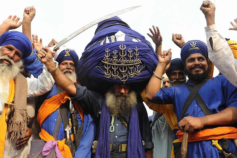 Baba Balwant, membre des combattants armés sikhs (Inde), pose fièrement, dimanche 18 octobre, avec son turban de 700 mètres de long, et lourd de 60 kilos.