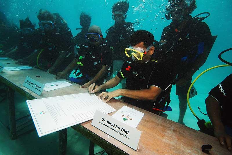 Le gouvernement des Maldives a tenu, samedi 17 octobre, sa réunion ministérielle sous l'eau, une première mondiale qui vise à attirer l'attention sur les effets du réchauffement climatique menaçant cet archipel de l'Océan indien. Protocole oblige, le président Mohamed Nasheed a plongé le premier, suivi de ses ministres en combinaisons et bouteilles.