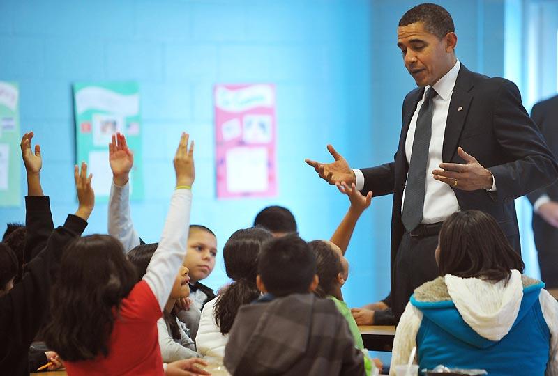 Le président Barack Obama a effectué lundi 19 octobre, une visite surprise dans une école primaire de la banlieue de Washington, pour insister sur l'importance de la lecture, mais aussi partager ses goûts pour Harry Potter et les Maximonstres.