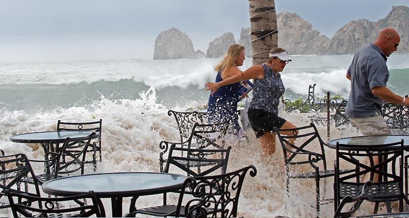 L'ouragan Rick, accompagné de vents de plus de 200 km/h, a fait un mort, un homme emporté par une énorme vague dans la station balnéaire de Los Cabos sur les côtes mexicaines du Pacifique. (ci-dessus, photo prise le lundi 19 octobre)