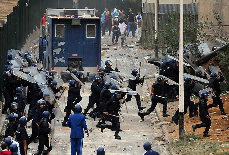 Des heurts ont opposé, mardi 20 octobre, pour la seconde journée consécutive à Alger, la police à une centaine de manifestants protestant contre le chômage et la pénurie de logements. Un policier a été grièvement blessé alors que quelque 400 policiers en tenue anti-émeute, appuyés par un véhicule blindé, tentaient sans succès, en utilisant des gaz lacrymogènes, de dégager une rue bloquée par les manifestants.
