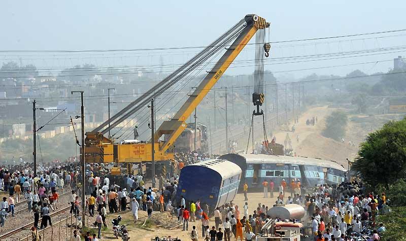 Au moins 22 personnes ont été tuées, mercredi 21 octobre, dans le Nord de l'Inde quand un train Express en a percuté un autre à l'arrêt dans la gare de Mathura. Le réseau ferroviaire indien transporte chaque jour près de 18,5 millions de passagers. Chaque année, on dénombre environ 300 accidents.