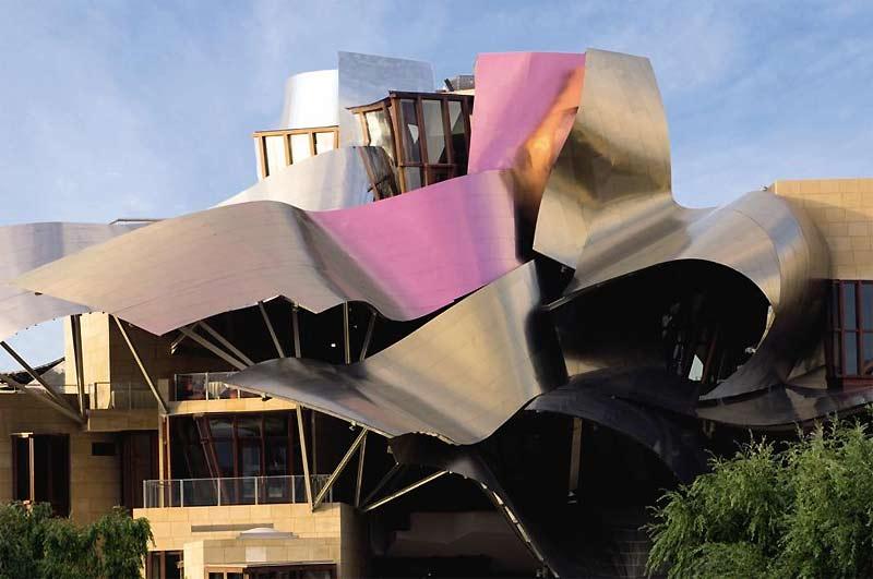 />Hôtel Heredos del Marques de Riscal, en Espagne </b> <p>À 120km de Bilbao, dans la petite ville d'Elciego, Frank Gehry a réalisé cet hôtel, en 2007, sur 3000 m² (coût non communiqué) pour son client, Heredos del Marques de Riscal. Ce bâtiment conçu comme une sculpture chaotique d'acier, sur le même modèle que le Musée Guggenheim à Bilbao ou que le Jay Pritzker Pavillon dans le Millenium Park de Chicago, est emblématique de l'œuvre de cet architecte. Celui-ci a également conçu la Fondation Louis Vuitton, nuage de verre qui devrait sortir de terre, en 2010, dans le bois de Boulogne.</p> <p>&nbsp;&raquo; height=&nbsp;&raquo;361&Prime; /> </font></p> <p class=