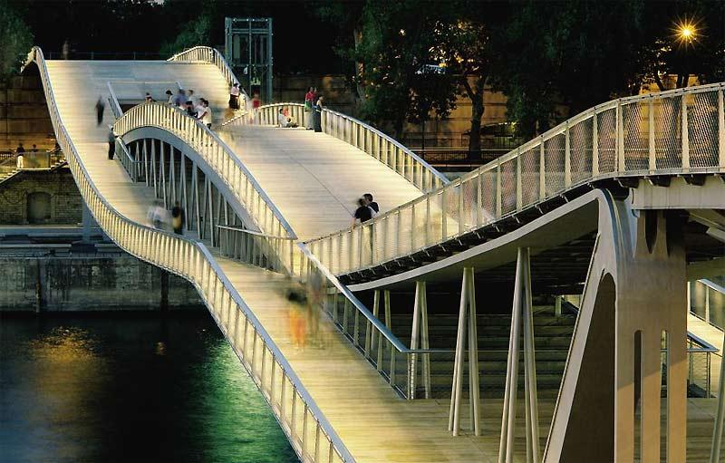 />La passerelle Simone-de-Beauvoir, à Paris</b> <p>Achevée en 2005 par le Français Christian de Portzamparc, auteur de la Grande Bibliothèque, la passerelle Simone-de-Beauvoir (coût 21millions d'euros) se situe entre les ponts de Bercy et de Tolbiac et relie les XIIe et XIIIe arrondissements. Des deux côtés de la Seine, deux tronçons latéraux de 35m passent au-dessus des voies sur berges. Ils reposent sur des appuis qui soutiennent une troisième travée centrale de 194m. Les deux courbes opposées se stabilisent, rendant inutiles des appuis additionnels et créant ainsi une passerelle suspendue sans appui dans l'eau.</p> <p>&nbsp;&raquo; height=&nbsp;&raquo;318&Prime; /></font></p> <p><font size=