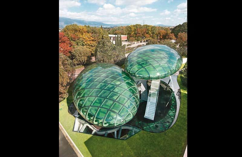 />Auditorium de Bassano, en Italie </b> <p>Pour un prix confidentiel, cet auditorium et centre de recherches a été construit, en 2004, à Bassano del Grappa, en Vénétie, par l'Italien Massimiliano Fuksas, lauréat du Grand Prix national de l'architecture (1999) et directeur de la Biennale de Venise en 2000, qui avait pour thème «Less Aesthetics, More Ethics». Posés sur des tubes d'acier, ces immenses champignons futuristes en verre de couleur verte cachent un système ingénieux d'espaces reliés par des escaliers lumineux conduisant à des bureaux et laboratoires.</p> <p>&nbsp;&raquo; height=&nbsp;&raquo;333&Prime; /></font></p> <p><font face=