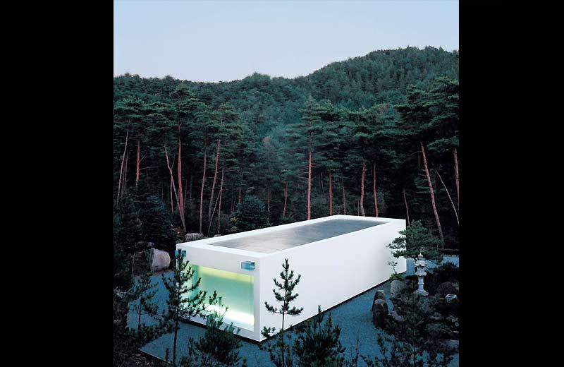 />Temple de Nantan, au Japon</b> <p>C'est une invitation à la méditation à l'extérieur dans une magnifique forêt de pins à Nantan (préfecture de Kyoto) comme à l'intérieur, où une série de marches conduisent à se prosterner devant un bouddha. Construit en 2000 par Takashi Yamaguchi (coût de 175000dollars), ce temple blanc est une chapelle moderne, établie dans l'enceinte d'un site bouddhique traditionnel de la banlieue de Kyoto. Bien que très moderniste dans la forme, ce cube blanc, qui dégage un halo vert la nuit, s'inscrit dans la tradition de l'architecture sacrée nippone.</p> <p>&nbsp;&raquo; height=&nbsp;&raquo;342&Prime; /></font></p> <p><font face=
