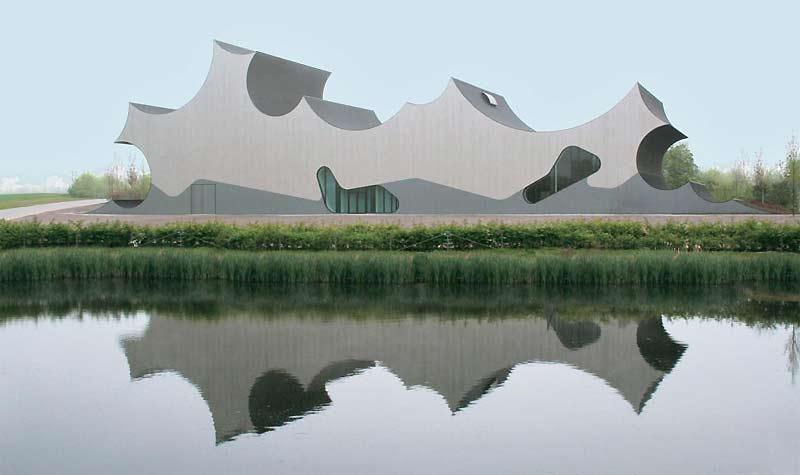 />Centre Danfoss à Nordborg, au Danemark </b> <p>Imaginé par J. Mayer H. Architectes (agence de Berlin), ce centre d'exposition appartenant au groupe industriel Danfoss, à Nordborg, au Danemark (coût: 3millions d'euros), ressemble à un immense Lego gris qui se reflète dans le bassin d'eau du parc scientifique. Architecture et nature ne font qu'un par l'ingéniosité des lignes qui s'intègrent au paysage agricole environnant.</p> <p>&nbsp;&raquo; height=&nbsp;&raquo;265&Prime; /></font></p> <p><font face=