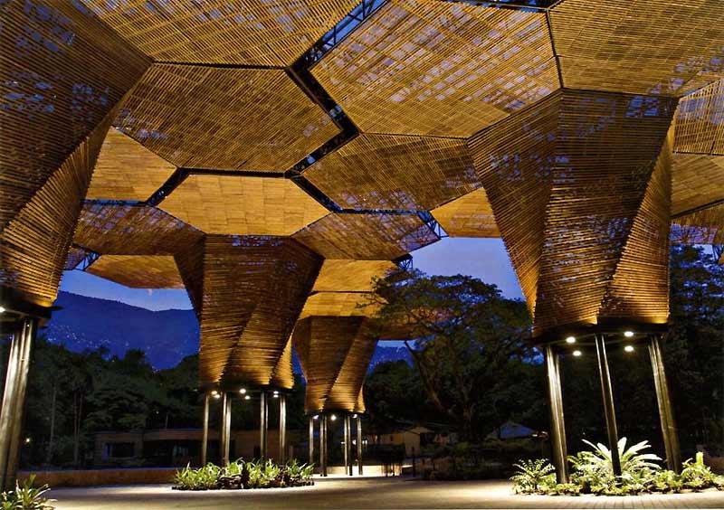 />«La maison de l'orchidée», en Colombie</b> <p> Construite en 2005, par les architectes de l'agence Plan B, (coût : 2 M$) elle est le résultat d'un concours organisé par les Jardins botaniquesde Medellin, en hommage à leur fleur nationale. La structure en bois s'épanouit sur 4 200 m² comme une fleur sur des piliers en acier.&nbsp;&raquo; height=&nbsp;&raquo;358&Prime; /></font></p> <p><font face=