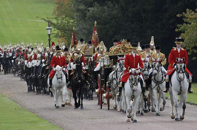 Le président indien Pratibha Patil est pour trois jours en Grande Bretagne. Il se rend en carrosse au château de Windsor avec la reine qui l'a convié à un déjeuner, mardi 27 octobre. Leur voiture est suivie d'un cortège de dignitaires.